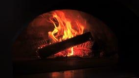Όμορφος στενός επάνω σε αργή κίνηση πυρκαγιάς Βιντεοκλίπ του καψίματος του καυσόξυλου στην εστία Έγκαυμα καυσόξυλου στο ξύλινο κά φιλμ μικρού μήκους