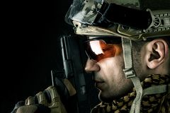 Όμορφος στρατιωτικός με το πυροβόλο όπλο χεριών στοκ εικόνες