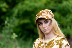 Όμορφος στρατιώτης γυναικών πορτρέτου ή ιδιωτικός στρατιωτικός ανάδοχος Στοκ φωτογραφία με δικαίωμα ελεύθερης χρήσης