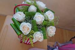 Όμορφος στρογγυλός ένας άσπρος αυξήθηκε ανθοδέσμη Ευτυχές ζεύγος κατά τη ρομαντική ημερομηνία Στοκ Φωτογραφίες