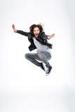 Όμορφος συγκινημένος νεαρός άνδρας που πηδά και που κραυγάζει Στοκ φωτογραφία με δικαίωμα ελεύθερης χρήσης