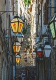 Όμορφος συλλάβετε των ανθρώπων σε Dubrovnik στα σκαλοπάτια των στενών οδών στοκ φωτογραφία με δικαίωμα ελεύθερης χρήσης