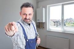 Όμορφος συναρμολογητής που δείχνει το δάχτυλο σε σας στοκ φωτογραφία με δικαίωμα ελεύθερης χρήσης