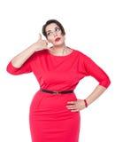 Όμορφος συν τη γυναίκα μεγέθους με τη χειρονομία κλήσης που απομονώνεται Στοκ εικόνες με δικαίωμα ελεύθερης χρήσης
