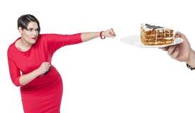 Όμορφος συν τη γυναίκα μεγέθους στο κόκκινο κέικ ήττας φορεμάτων Στοκ Φωτογραφία