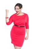 Όμορφος συν τη γυναίκα μεγέθους στο κόκκινο φόρεμα με ναι τη χειρονομία που απομονώνεται Στοκ εικόνα με δικαίωμα ελεύθερης χρήσης