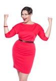 Όμορφος συν τη γυναίκα μεγέθους στο κόκκινο φόρεμα με ναι τη χειρονομία που απομονώνεται Στοκ φωτογραφία με δικαίωμα ελεύθερης χρήσης