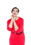 Όμορφος συν τη γυναίκα μεγέθους στο κόκκινο φόρεμα Στοκ Εικόνες