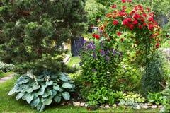 Όμορφος σχεδιασμένος επίσημος θερινός κήπος Στοκ φωτογραφίες με δικαίωμα ελεύθερης χρήσης