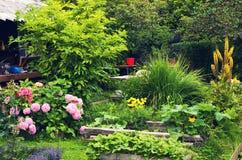 Όμορφος σχεδιασμένος καλοκαίρι κήπος τέχνης Στοκ φωτογραφία με δικαίωμα ελεύθερης χρήσης