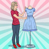 Όμορφος σχεδιαστής μόδας με το φόρεμα σε ένα μανεκέν clothing dummies female industry inside store textile women Λαϊκή αναδρομική διανυσματική απεικόνιση