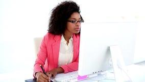 Όμορφος σχεδιαστής που εργάζεται στο γραφείο της απόθεμα βίντεο