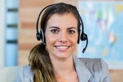 Όμορφος ταξιδιωτικός πράκτορας που χαμογελά στη κάμερα Στοκ φωτογραφία με δικαίωμα ελεύθερης χρήσης