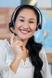 Όμορφος ταξιδιωτικός πράκτορας που χαμογελά στη κάμερα Στοκ Εικόνα