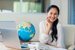 Όμορφος ταξιδιωτικός πράκτορας που χαμογελά στη κάμερα Στοκ εικόνα με δικαίωμα ελεύθερης χρήσης