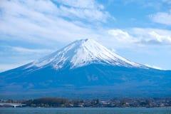 Όμορφος τοποθετήστε το Φούτζι με το χιόνι που καλύπτονται και τον ουρανό στο kawaguchiko λιμνών, Ιαπωνία ορόσημο και δημοφιλής γι στοκ εικόνα με δικαίωμα ελεύθερης χρήσης