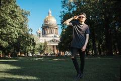 Όμορφος τουρίστας ατόμων που περπατά στο χορτοτάπητα κοντά στον καθεδρικό ναό Αγίου Isaac ` s στην Άγιος-Πετρούπολη στην ηλιόλουσ στοκ φωτογραφίες