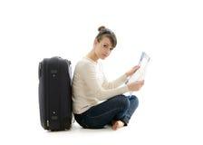Όμορφος τουρίστας γυναικών με τη βαλίτσα και το χάρτη Στοκ εικόνες με δικαίωμα ελεύθερης χρήσης