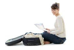 Όμορφος τουρίστας γυναικών με τη βαλίτσα και το χάρτη Στοκ εικόνα με δικαίωμα ελεύθερης χρήσης