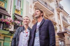 Όμορφος τουρίστας ζευγών που μένει στα πλαίσια των ζωηρόχρωμων σπιτιών Στοκ Εικόνες