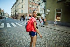Όμορφος τουρίστας κοριτσιών στην πόλη Στοκ Εικόνες