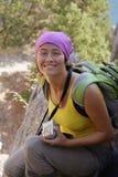 Όμορφος τουρίστας κοριτσιών στον απότομο βράχο Στοκ Εικόνες