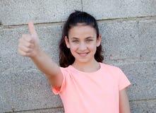 Όμορφος το κορίτσι με τα μπλε μάτια που λέει εντάξει Στοκ φωτογραφία με δικαίωμα ελεύθερης χρήσης