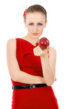Όμορφος το κορίτσι στο κόκκινο φόρεμα που κρατά τη Apple Στοκ Φωτογραφίες