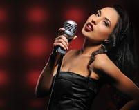 όμορφος τραγουδιστής στοκ φωτογραφία