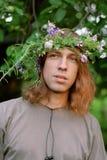 Όμορφος τύπος με ένα στεφάνι Στοκ φωτογραφία με δικαίωμα ελεύθερης χρήσης