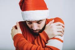 Όμορφος τύπος με τη γενειάδα που αγκαλιάζεται στο άσπρο υπόβαθρο στοκ εικόνες
