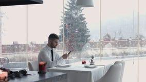 Όμορφος τύπος που εξετάζει τα handwatches του και που περιμένει το κορίτσι, νεαρός άνδρας που βοηθά τη φίλη του για να προσαρμόσε Στοκ εικόνες με δικαίωμα ελεύθερης χρήσης