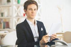 Όμορφος τύπος που κάνει τη γραφική εργασία Στοκ Φωτογραφία