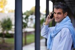 Όμορφος τύπος που μιλά στο τηλέφωνο κυττάρων Στοκ φωτογραφία με δικαίωμα ελεύθερης χρήσης