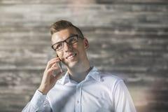 Όμορφος τύπος που μιλά στο τηλέφωνο Στοκ Εικόνες