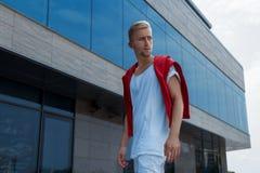 Όμορφος τύπος στην αρχιτεκτονική υποβάθρου Στοκ Εικόνες