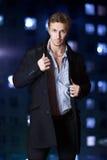Όμορφος τύπος στο παλτό και το πουκάμισο Στοκ φωτογραφία με δικαίωμα ελεύθερης χρήσης