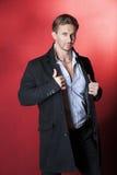 Όμορφος τύπος στο παλτό και το πουκάμισο Στοκ Φωτογραφίες