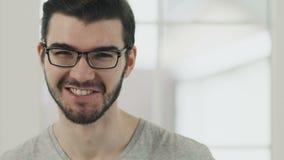 Όμορφος τύπος eyeglasses απόθεμα βίντεο