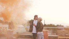 Όμορφος τύπος hipster που φιλά την ευτυχή φίλη του romantically Όμορφος καπνός και φιλιά νεαρών άνδρων χρωματισμένος εκμετάλλευση απόθεμα βίντεο