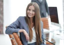 Όμορφος υπάλληλος γυναικών της επιχείρησης Στοκ Φωτογραφία