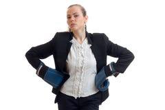 Όμορφος υπερήφανος ξανθός σε ένα κοστούμι γραφείων και τα εγκιβωτίζοντας γάντια βάζει τα χέρια στα ισχία και εξετάζει μια κάμερα στοκ εικόνα με δικαίωμα ελεύθερης χρήσης