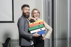 Όμορφος φέρνοντας σωρός επιχειρηματιών των φακέλλων με το συνάδελφο στην αρχή στοκ εικόνα με δικαίωμα ελεύθερης χρήσης