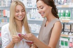 Όμορφος φαρμακοποιός κοριτσιών που βοηθά έναν πελάτη στοκ εικόνες με δικαίωμα ελεύθερης χρήσης