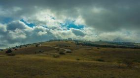 Όμορφος φθινόπωρο Timelapse ή θερινός τομέας στη λοφώδη έκταση που καταπλήσσει το γρήγορα κινούμενο σαφή μπλε ουρανό απόθεμα βίντεο
