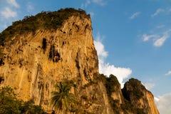 Όμορφος φυσικός απότομος βράχος ασβεστόλιθων σε Krabi AO Nang και Phi Phi, Ταϊλάνδη Στοκ εικόνες με δικαίωμα ελεύθερης χρήσης