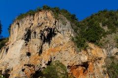 Όμορφος φυσικός απότομος βράχος ασβεστόλιθων σε Krabi AO Nang και Phi Phi, Ταϊλάνδη Στοκ φωτογραφία με δικαίωμα ελεύθερης χρήσης