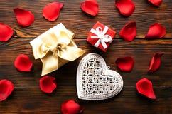 Όμορφος φωτεινός κόκκινος αυξήθηκε πέταλα, ρομαντική χειρονομία, υπόβαθρο Ευτυχής βαλεντίνων έννοια πωλήσεων ημέρας oliday στοκ φωτογραφία με δικαίωμα ελεύθερης χρήσης