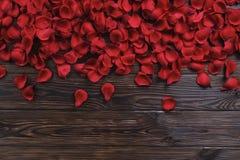 Όμορφος φωτεινός κόκκινος αυξήθηκε πέταλα στο ξύλινο υπόβαθρο Ευτυχής βαλεντίνων έννοια πωλήσεων ημέρας oliday στοκ φωτογραφία