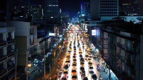 Όμορφος φωτισμένος δρόμος μέσω της πόλης τη νύχτα απόθεμα βίντεο
